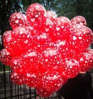 Готовый надутый гелием  яркий красный букет с сердцами